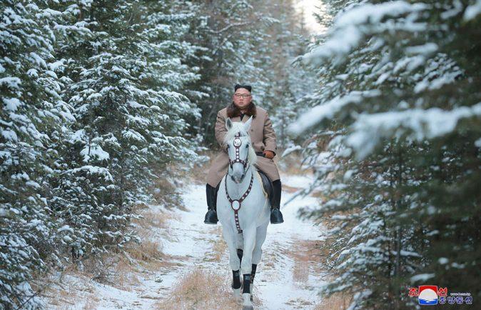 كيم جونج أون على حصان أبيض