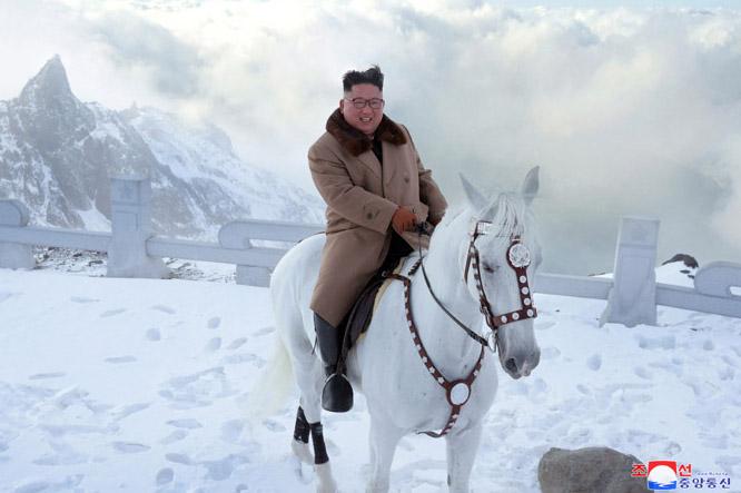 كيم جونج أون -رئيس كوريا الشمالية- على حصان أبيض