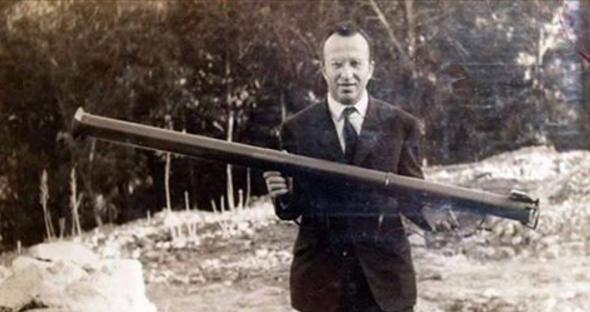 مسعود زقار يحمل سلاح البازوكا