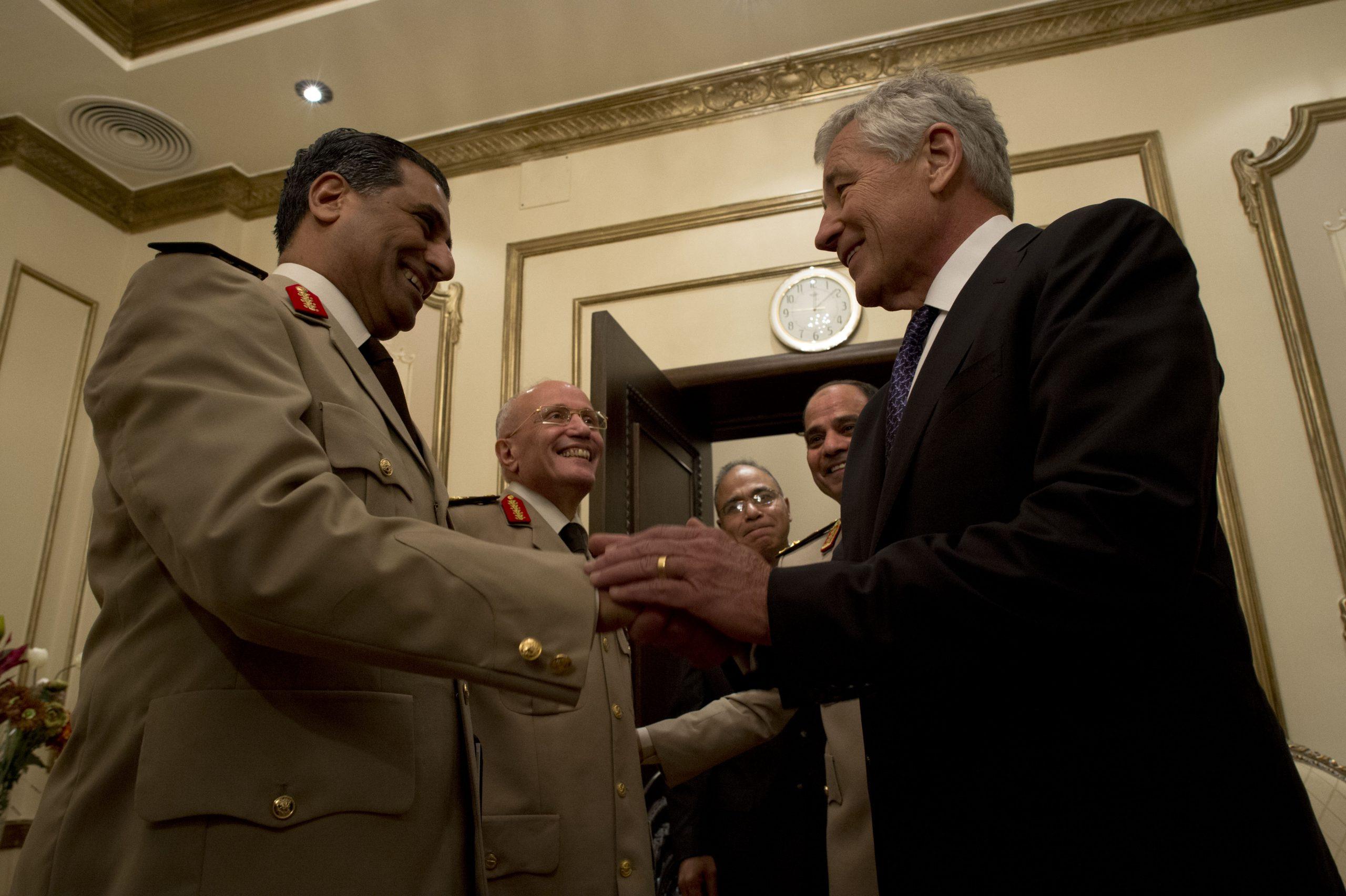 اللواء فؤاد عبد الحليم (يسار) مع وزير الدفاع الأمريكي تشاك هاجل، في زيارة الأخير لمصر في 24 أبريل (نيسان) 2013