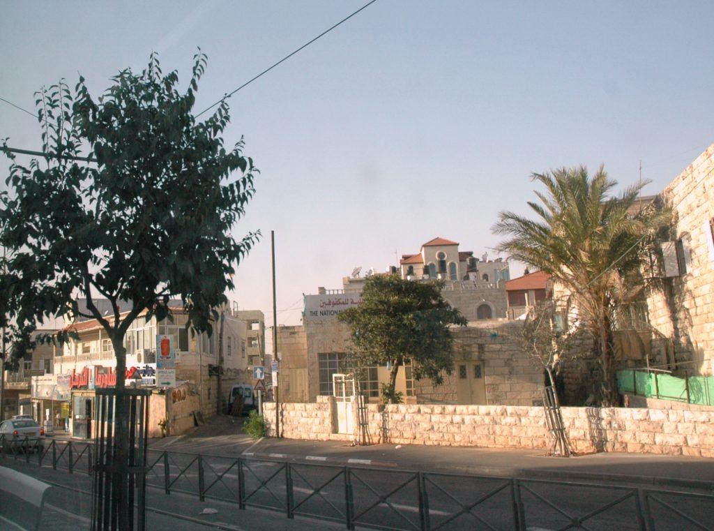 شارع من شوارع بلدة شعفاط، القدس. مصدر الصورة: ويكيبيديا.