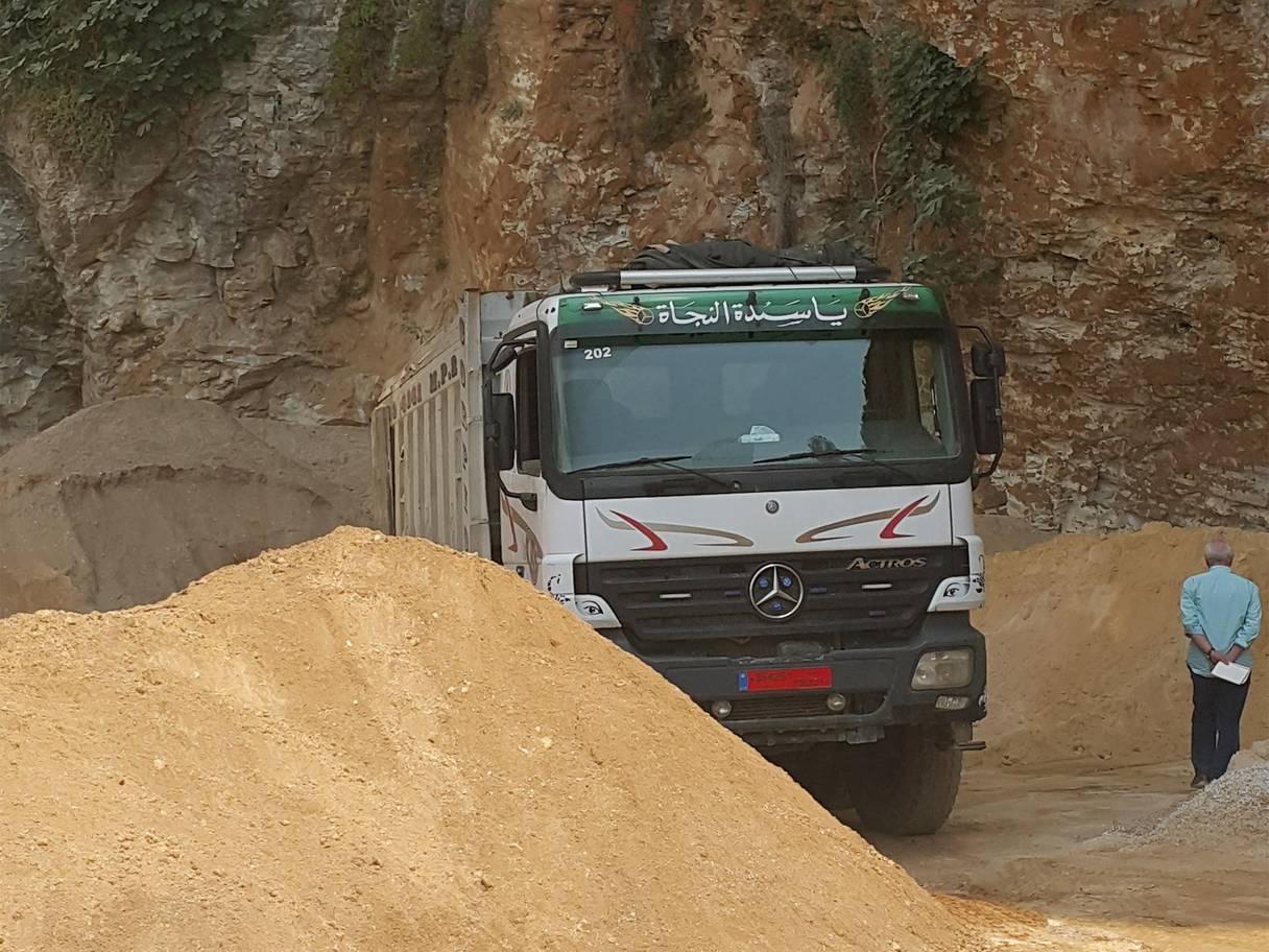 مترجم «روبرت فيسك»: جبال لبنان the-independents-robert-fisk-watches-the-sand-unloaded-in-a-private-building-site-on-the-coast-of-lebanon.jpg