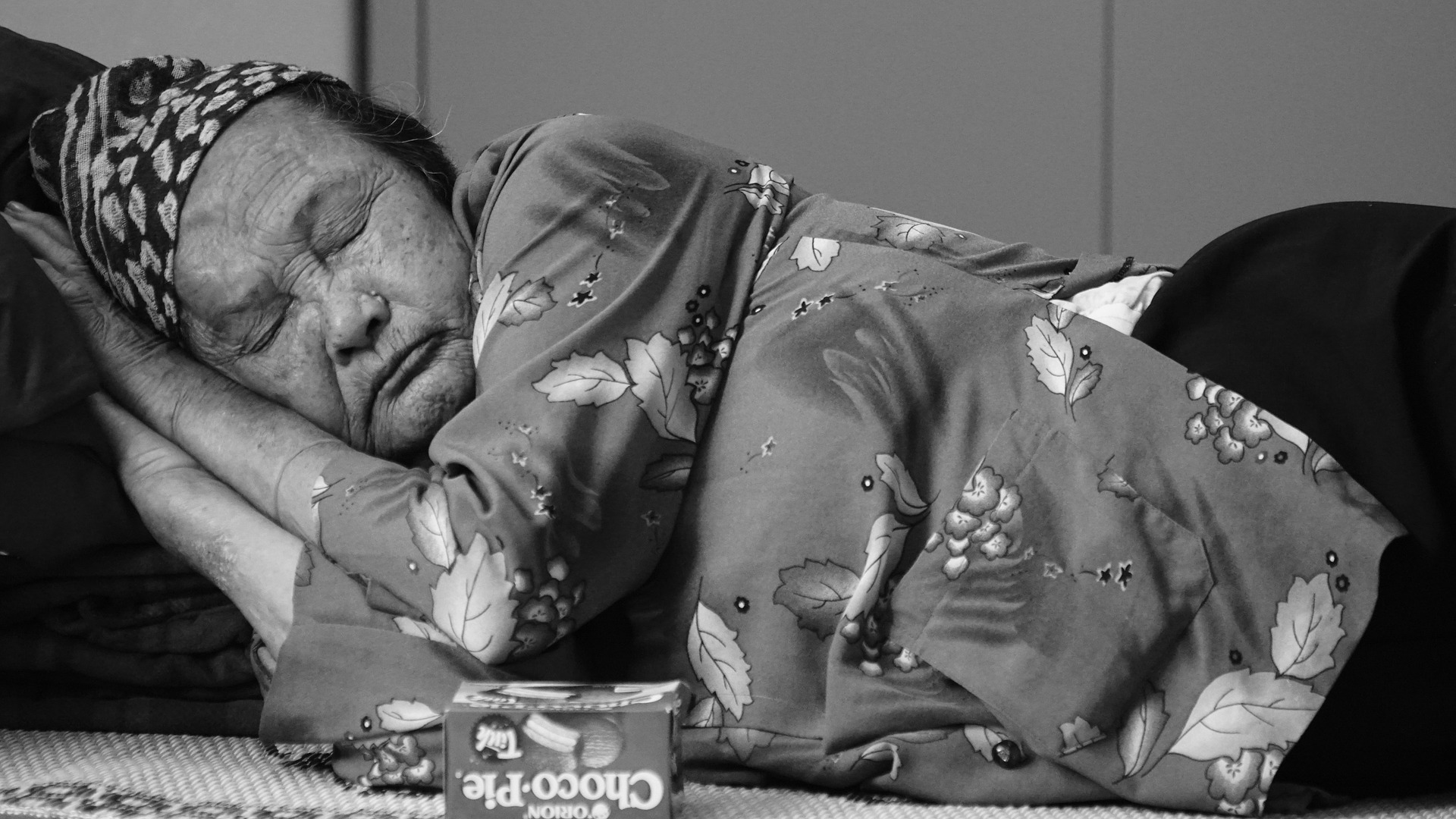 امرأة عجوز تغط في النوم